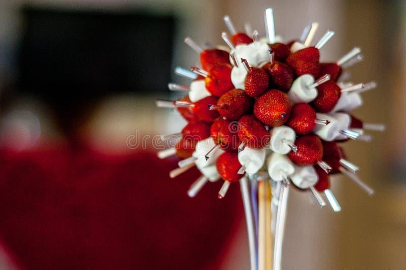 Κόκκινη και άσπρη επιτραπέζια διακόσμηση φραουλών και marshmallows στοκ φωτογραφίες
