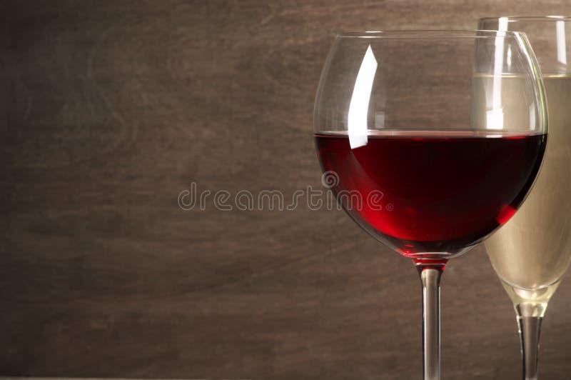 Κόκκινη και άσπρη κινηματογράφηση σε πρώτο πλάνο κρασιού στοκ εικόνα