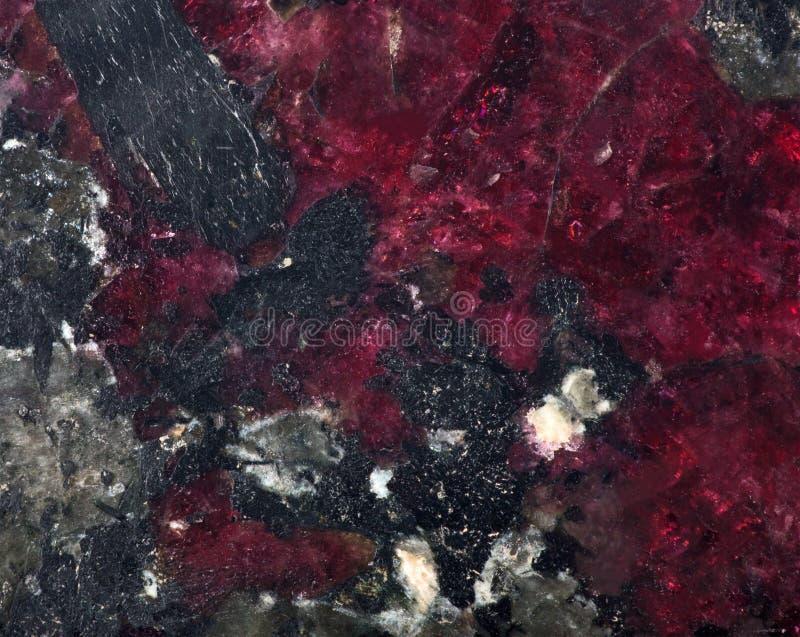 Κόκκινη και μαύρη ορυκτή σύσταση eudialyte στοκ εικόνα με δικαίωμα ελεύθερης χρήσης