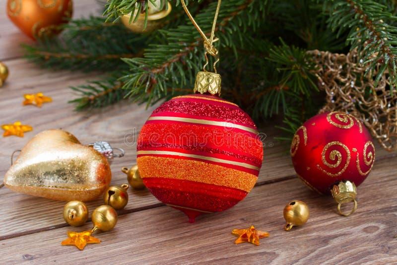 Κόκκινη και πορτοκαλιά διακόσμηση σφαιρών Χριστουγέννων στοκ εικόνες με δικαίωμα ελεύθερης χρήσης