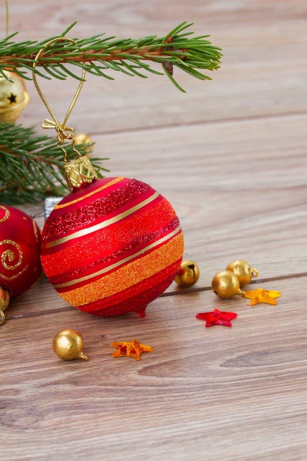 Κόκκινη και πορτοκαλιά σφαίρα Χριστουγέννων στοκ εικόνες