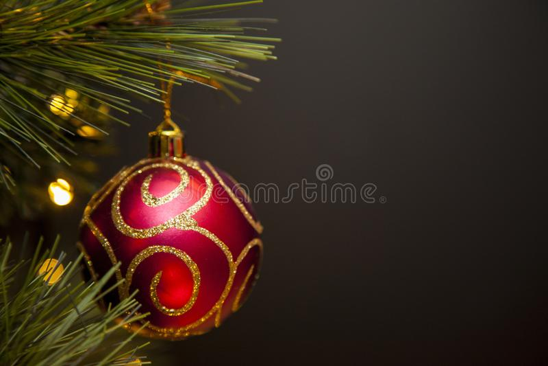 Κόκκινη και χρυσή διακόσμηση χριστουγεννιάτικων δέντρων Glittery στοκ φωτογραφία