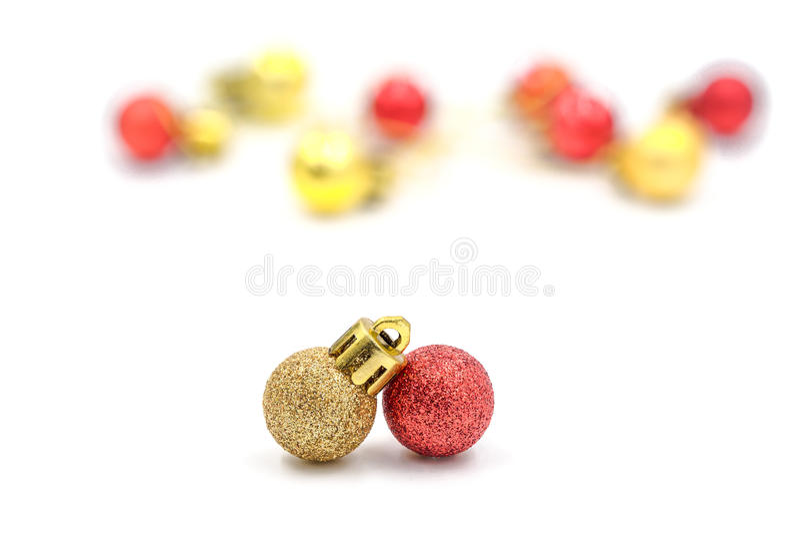 Κόκκινη και χρυσή διακόσμηση σφαιρών Χριστουγέννων με τις θολωμένες διακοσμήσεις στοκ εικόνα με δικαίωμα ελεύθερης χρήσης