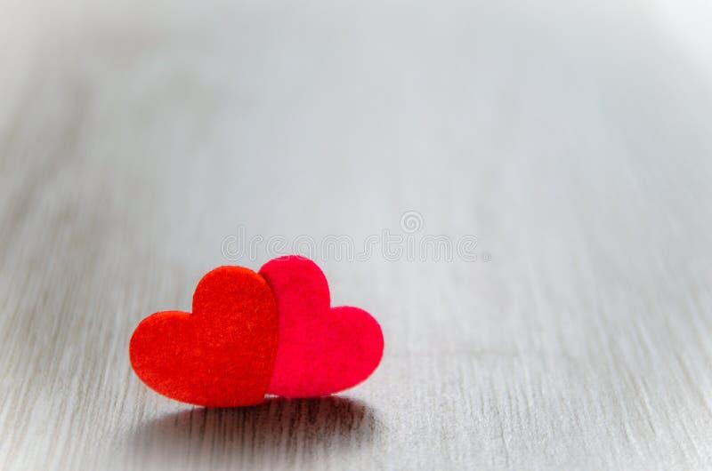 Κόκκινη καρδιά δύο στο γκρίζο υπόβαθρο στοκ φωτογραφίες με δικαίωμα ελεύθερης χρήσης