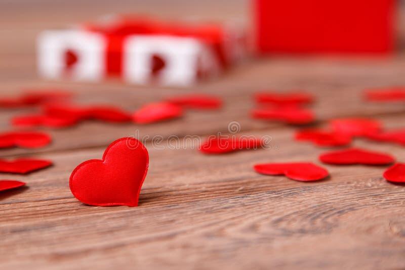 Κόκκινη καρδιά ημέρας βαλεντίνου στο ξύλινο υπόβαθρο Ανασκόπηση διακοπών έγγραφο αγάπης καρτών ανασκόπησης grunge Εκλεκτική εστία στοκ φωτογραφίες με δικαίωμα ελεύθερης χρήσης