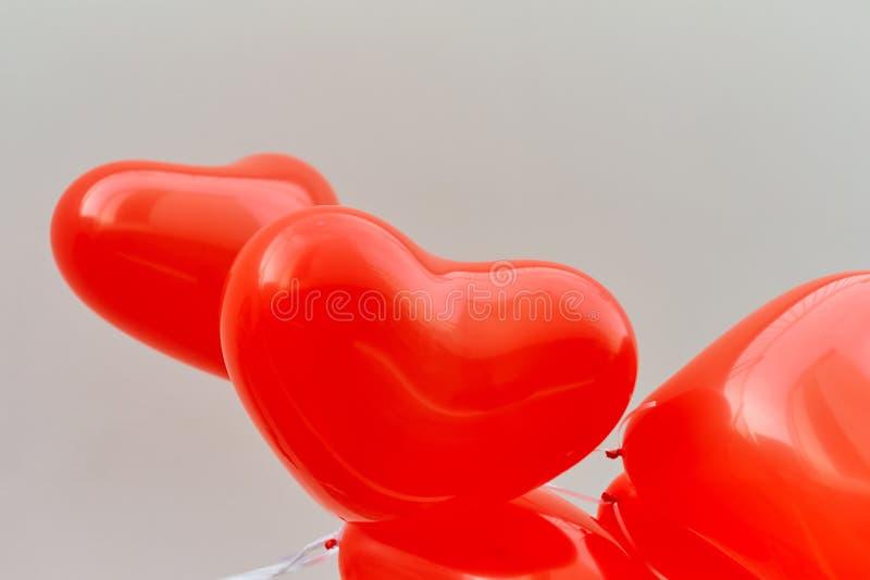 Κόκκινη καρδιά μπαλονιών σε ένα άσπρο υπόβαθρο τοίχων στοκ φωτογραφία με δικαίωμα ελεύθερης χρήσης