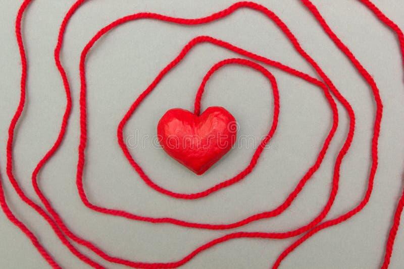 Κόκκινη καρδιά που τυλίγεται γύρω με το σχοινί στοκ εικόνες