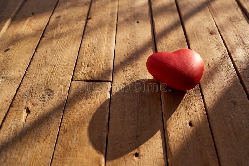 Κόκκινη καρδιά σε ένα ξύλινο υπόβαθρο στοκ εικόνα με δικαίωμα ελεύθερης χρήσης