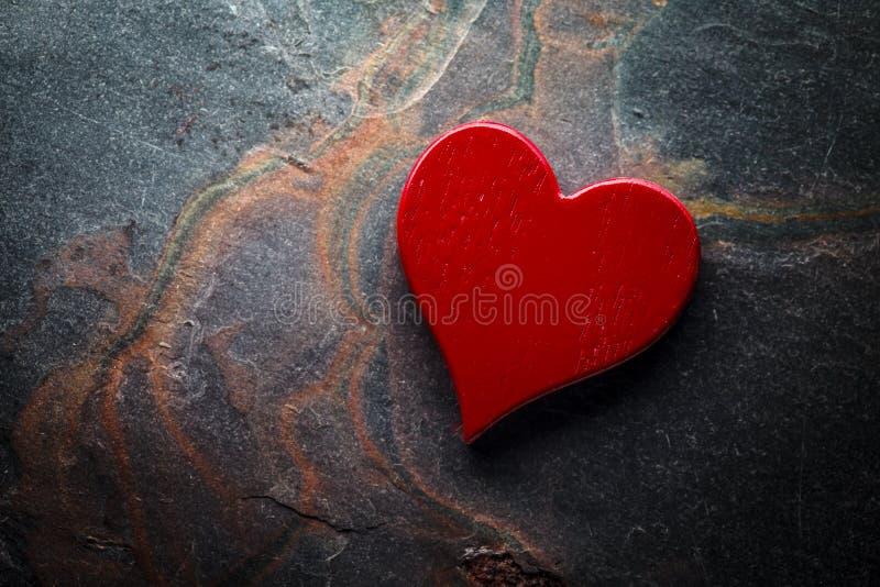 Κόκκινη καρδιά στην πλάκα στοκ εικόνα