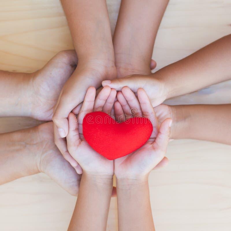 Κόκκινη καρδιά στο γονέα και τα παιδιά που κρατούν τα χέρια από κοινού στοκ φωτογραφία με δικαίωμα ελεύθερης χρήσης