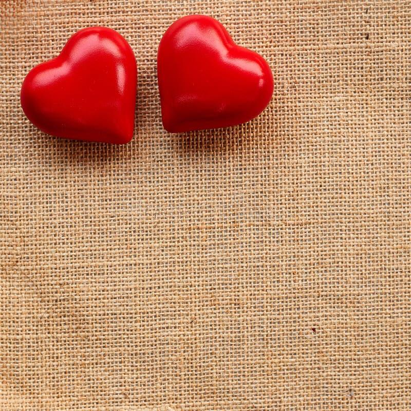 Κόκκινη καρδιά σφαιρών sackcloth στοκ εικόνες με δικαίωμα ελεύθερης χρήσης