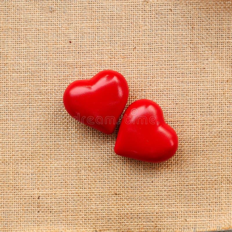 Κόκκινη καρδιά σφαιρών sackcloth στοκ φωτογραφίες
