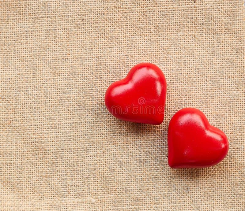 Κόκκινη καρδιά σφαιρών sackcloth στοκ εικόνες