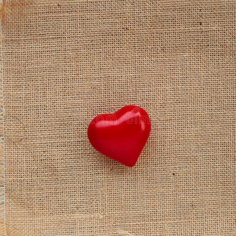 Κόκκινη καρδιά σφαιρών sackcloth στοκ φωτογραφίες με δικαίωμα ελεύθερης χρήσης