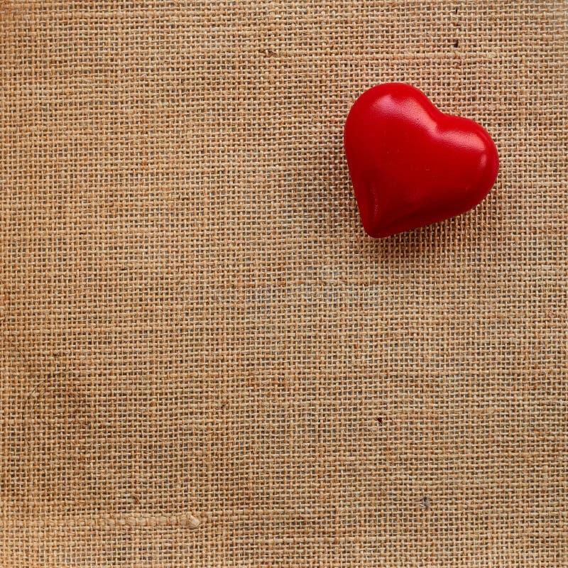 Κόκκινη καρδιά σφαιρών sackcloth στοκ φωτογραφία