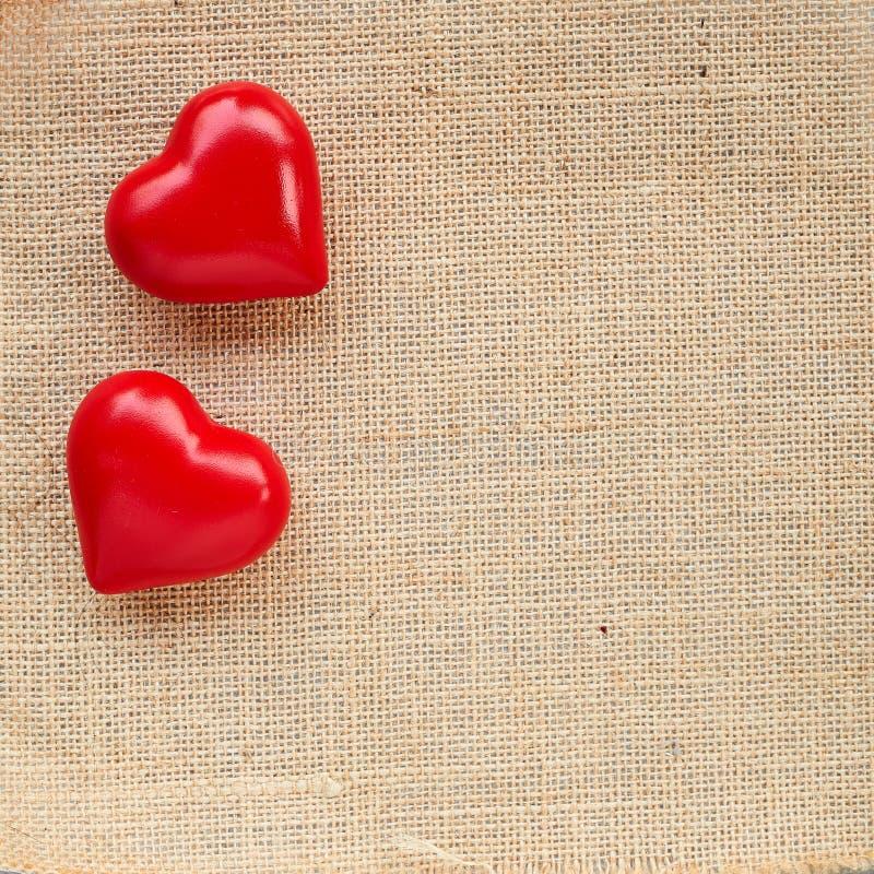 Κόκκινη καρδιά σφαιρών sackcloth στοκ εικόνα με δικαίωμα ελεύθερης χρήσης