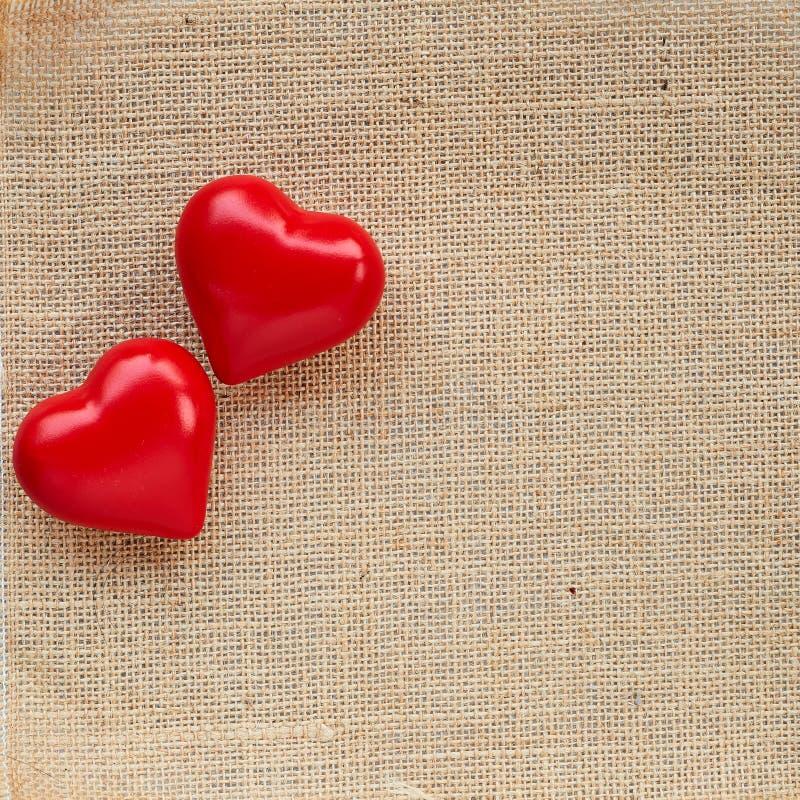 Κόκκινη καρδιά σφαιρών sackcloth στοκ φωτογραφία με δικαίωμα ελεύθερης χρήσης