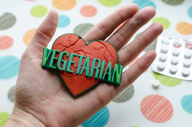 Κόκκινη καρδιά με τον παγκόσμιο χορτοφάγο στοκ φωτογραφία
