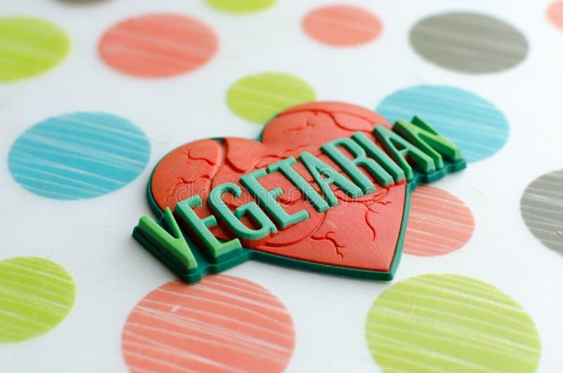 Κόκκινη καρδιά με τον παγκόσμιο χορτοφάγο στοκ εικόνα