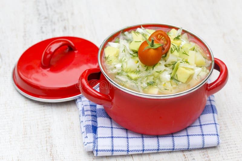 Κόκκινη κατσαρόλλα με το okroshka - παραδοσιακή θερινή σούπα στην Ουκρανία, τη Λευκορωσία και τη Ρωσία κλείστε επάνω στοκ εικόνες με δικαίωμα ελεύθερης χρήσης