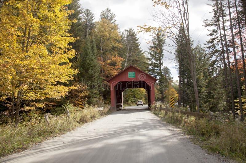 Κόκκινη καλυμμένη ξύλινη γέφυρα στο Βερμόντ, επαρχία στοκ φωτογραφία με δικαίωμα ελεύθερης χρήσης
