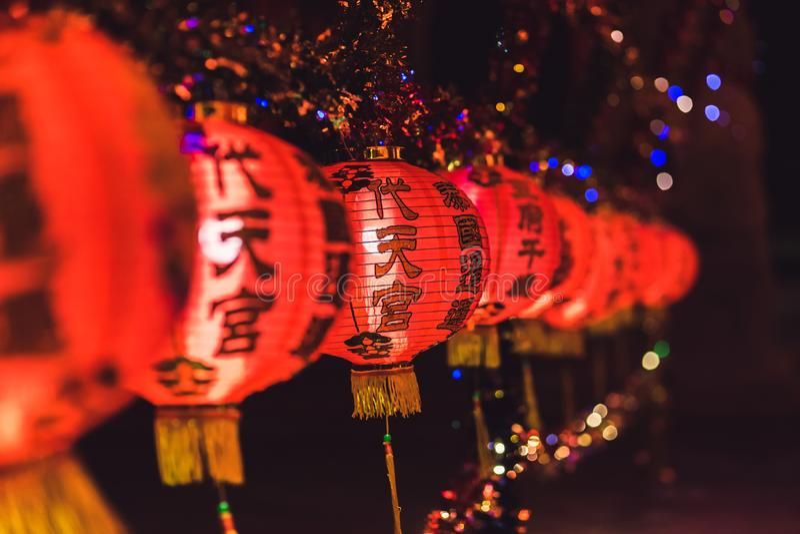 Κόκκινη κινεζική Hieroglyph lanternTranslation ένωση καλής χρονιάς κειμένων σε μια σειρά κατά τη διάρκεια του χρόνου ημέρας για τ στοκ φωτογραφίες με δικαίωμα ελεύθερης χρήσης