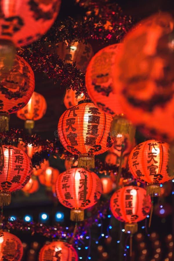 Κόκκινη κινεζική Hieroglyph lanternTranslation ένωση καλής χρονιάς κειμένων σε μια σειρά κατά τη διάρκεια του χρόνου ημέρας για τ στοκ εικόνες