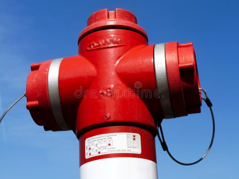 Κόκκινη κινηματογράφηση σε πρώτο πλάνο στομίων υδροληψίας πυρκαγιάς κάτω από το μπλε ουρανό αφηρημένη άποψη στοκ εικόνες με δικαίωμα ελεύθερης χρήσης
