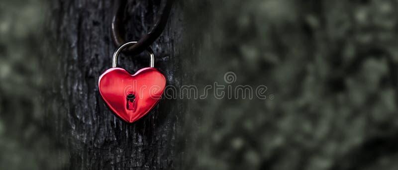 Κόκκινη κλειδαριά καρδιών στοκ εικόνες