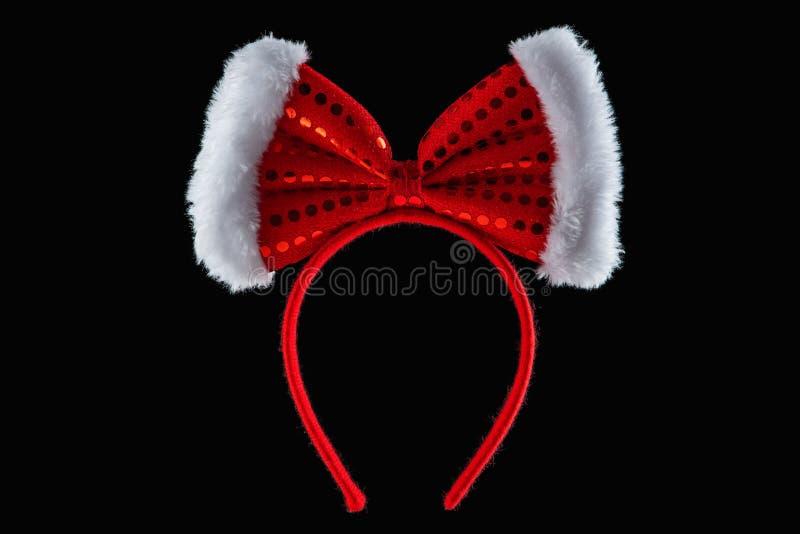 Κόκκινη κορδέλλα πέρα από την τιάρα στη μορφή των αυτιών ποντικιών minnie που απομονώνεται στοκ εικόνες