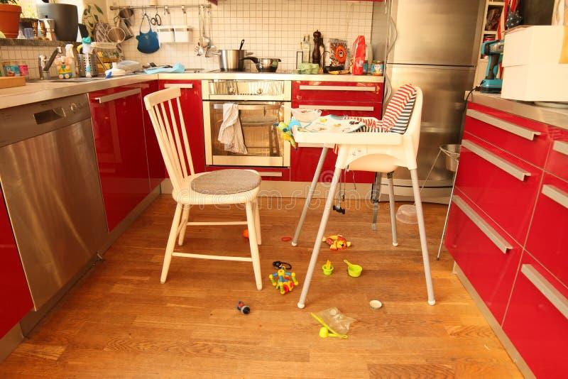 Κόκκινη κουζίνα μετά από τα ταΐζοντας μικρά παιδιά στοκ εικόνες