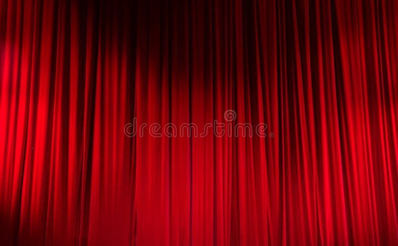 Κόκκινη κλειστή κουρτίνα με τα ελαφριά σημεία σε ένα θέατρο στοκ εικόνες