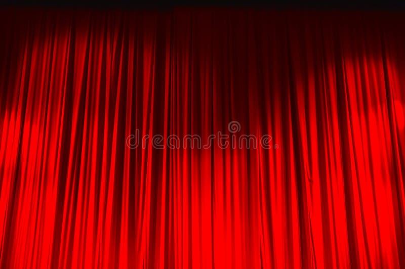Κόκκινη κλειστή κουρτίνα με τα ελαφριά σημεία σε ένα θέατρο στοκ εικόνες με δικαίωμα ελεύθερης χρήσης