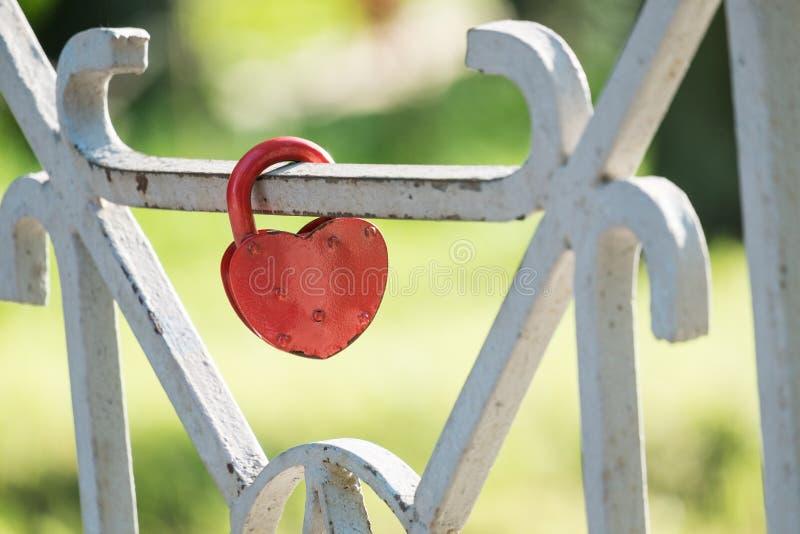 Κόκκινη κλειδαριά στο φράκτη της γέφυρας στοκ φωτογραφία με δικαίωμα ελεύθερης χρήσης