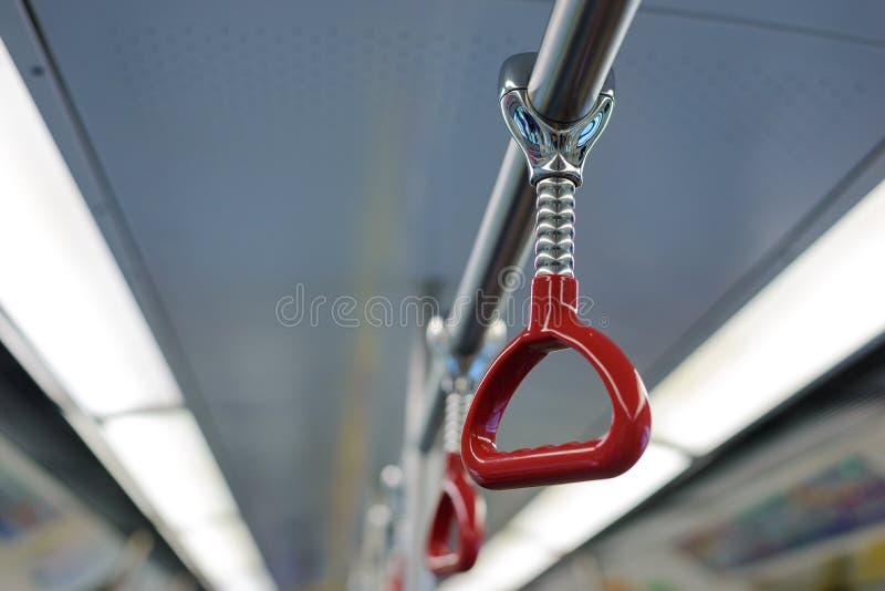 Κόκκινη λαβή για τους όρθιους επιβάτες μέσα στο διάστημα αντιγράφων μορίων λεωφορείων ή τραίνων στοκ φωτογραφία