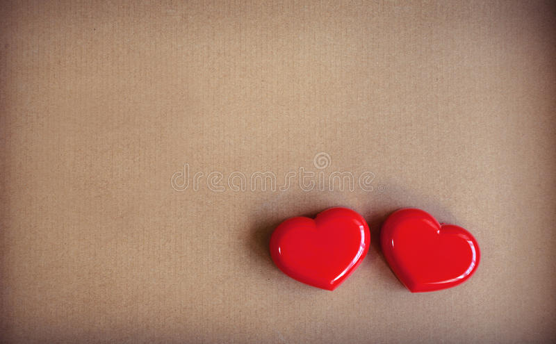 Κόκκινη μορφή καρδιών με το καφετί χαρτόνι στοκ εικόνες με δικαίωμα ελεύθερης χρήσης