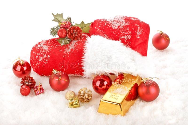 Κόκκινη μπότα Άγιου Βασίλη με το χρυσό δώρο στοκ εικόνα
