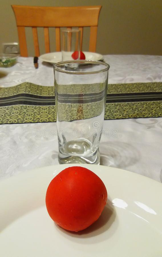 Κόκκινη ντομάτα σε πιάτο στοκ φωτογραφίες με δικαίωμα ελεύθερης χρήσης