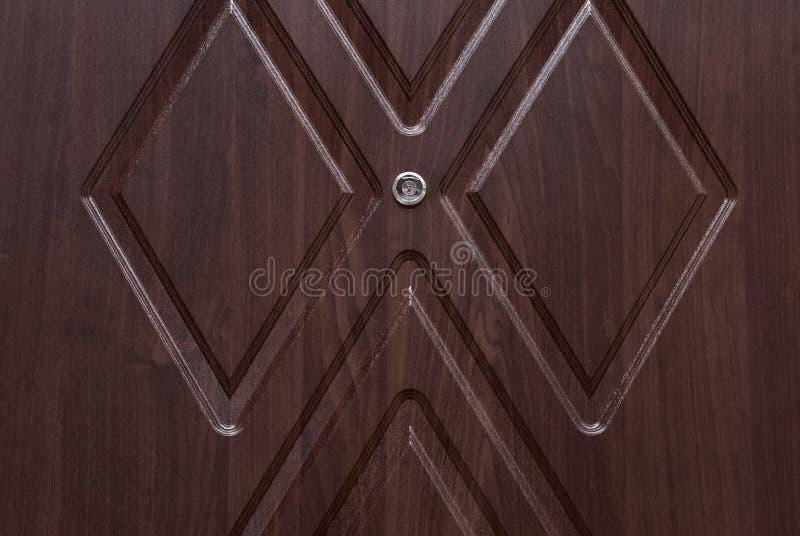 Κόκκινη ξύλινη πόρτα με τη χρυσές κλειδαριά και τη λαβή στοκ φωτογραφία με δικαίωμα ελεύθερης χρήσης