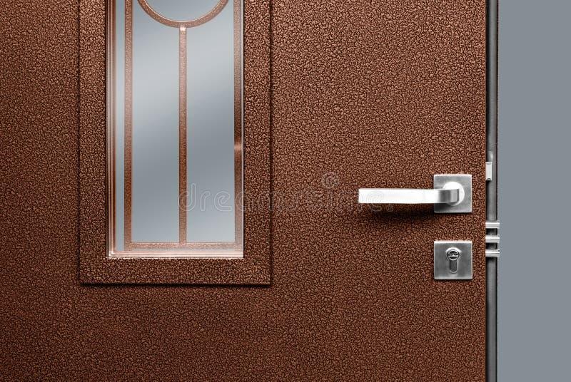 Κόκκινη ξύλινη πόρτα με τη χρυσές κλειδαριά και τη λαβή στοκ εικόνες