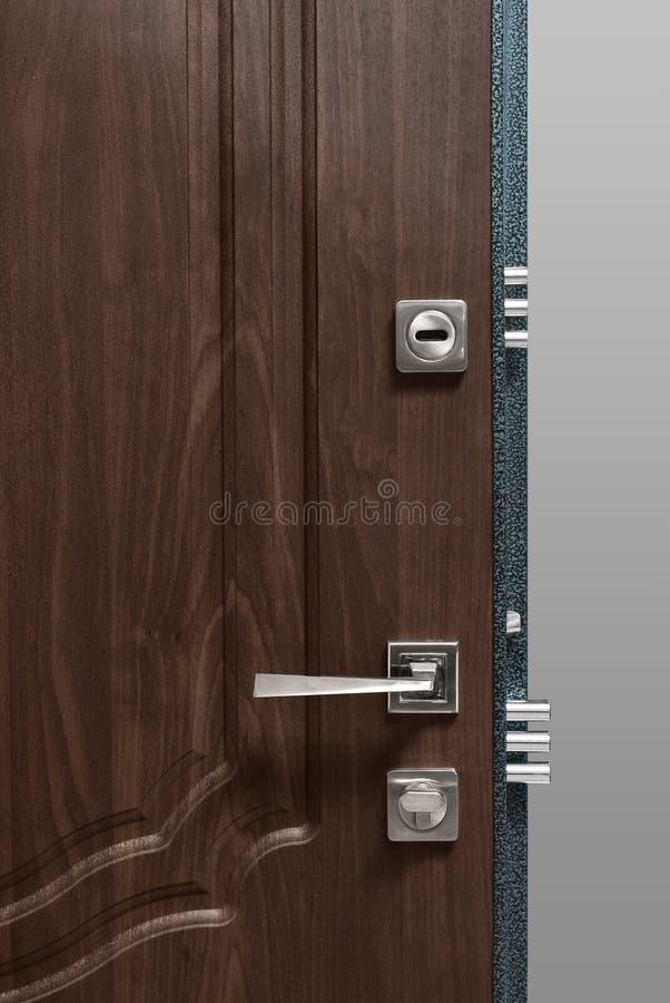 Κόκκινη ξύλινη πόρτα με τη χρυσές κλειδαριά και τη λαβή στοκ εικόνες με δικαίωμα ελεύθερης χρήσης