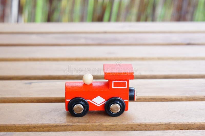 Κόκκινη ξύλινη ατμομηχανή παιχνιδιών στοκ εικόνες