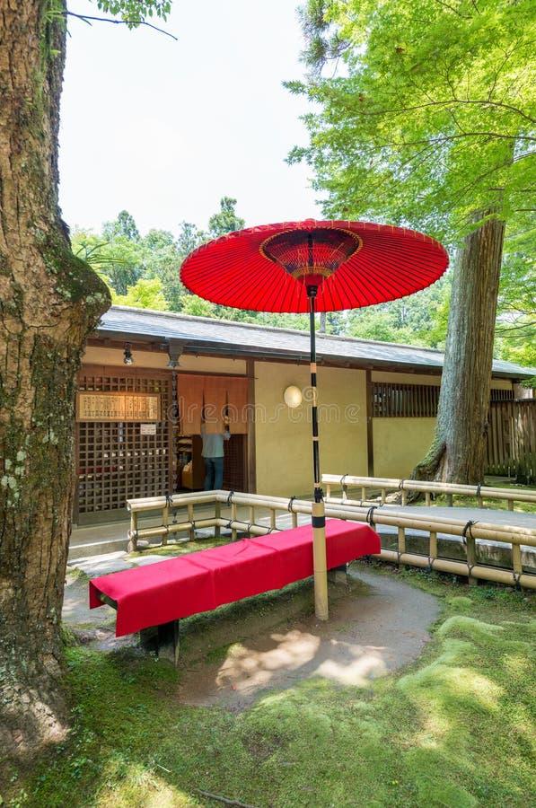 Κόκκινη ομπρέλα και όμορφοι κήποι στο Νάρα, Ιαπωνία στοκ εικόνες