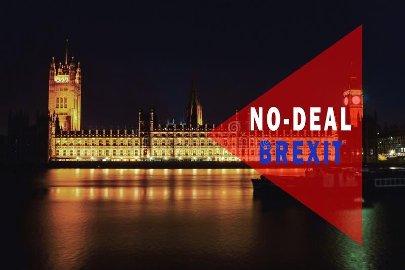 Κόκκινη πλακέτα με φράση & x27;Χωρίς συμφωνία BREXIT& x27; Σχέδιο Brexit με το κοινοβούλιο στο παρασκήνιο τη νύχτα Λονδίνο, Ηνωμέ στοκ φωτογραφίες με δικαίωμα ελεύθερης χρήσης