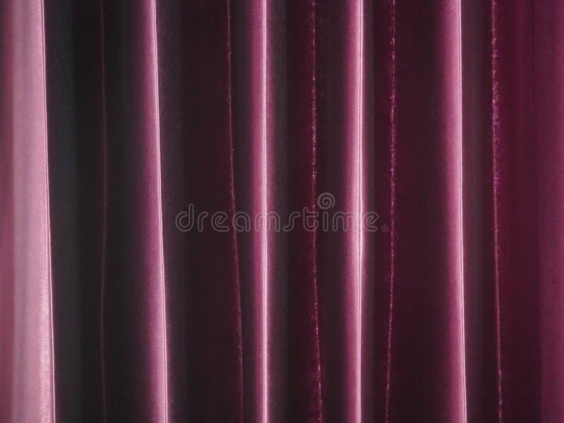 Κόκκινη πορφυρή κουρτίνα στο δωμάτιο στοκ εικόνα με δικαίωμα ελεύθερης χρήσης