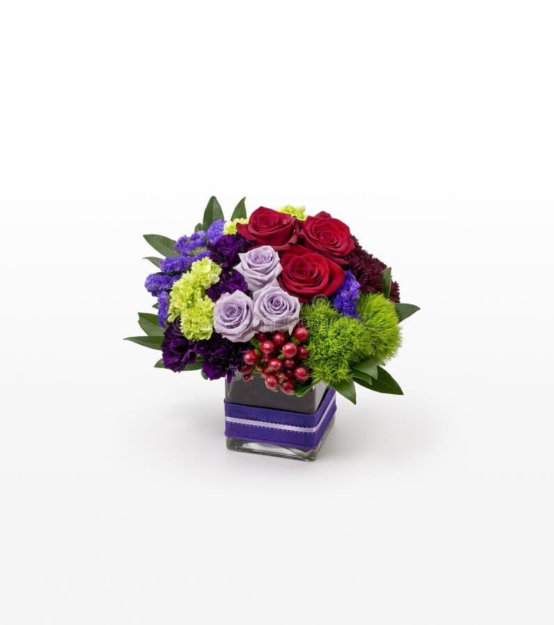 Κόκκινη, πορφυρή, πράσινη μικτή ρύθμιση λουλουδιών σε ένα τετραγωνικό βάζο για τους ανθοκόμους στοκ φωτογραφίες με δικαίωμα ελεύθερης χρήσης