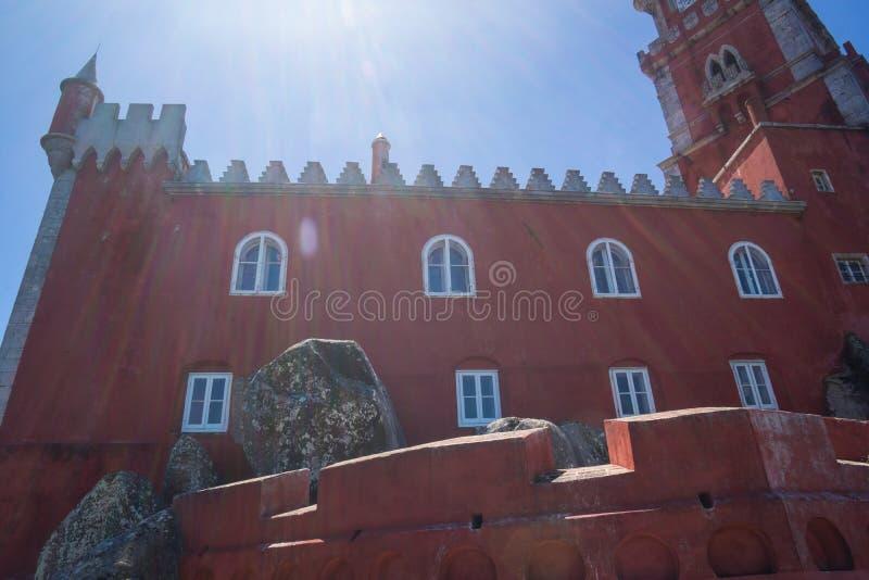 Κόκκινη πρόσοψη με τα παράθυρα του φρουρίου pena στοκ εικόνες