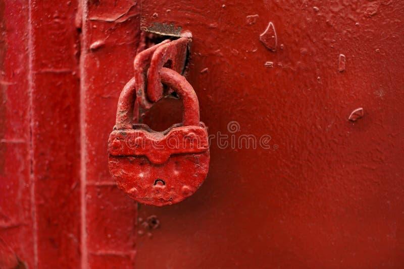 Κόκκινη πόρτα με την κόκκινη κλειδαριά στοκ εικόνες με δικαίωμα ελεύθερης χρήσης