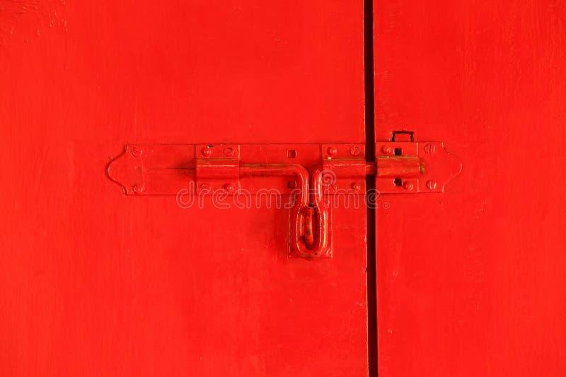 Κόκκινη πόρτα με το μπουλόνι στοκ εικόνα