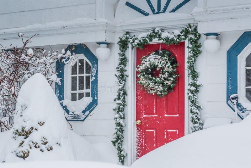 Κόκκινη πόρτα σε μια θύελλα χιονιού στοκ εικόνα με δικαίωμα ελεύθερης χρήσης